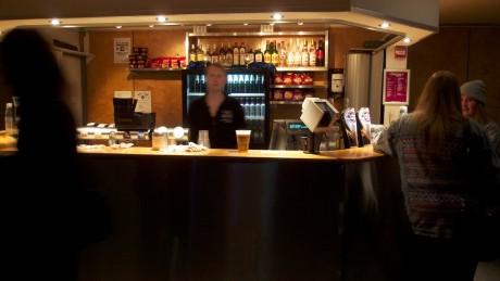 På Scentrum Scene var det derimot ikke så galt med kø, og det gikk fort å få øl - av en bartender ute av fokus.