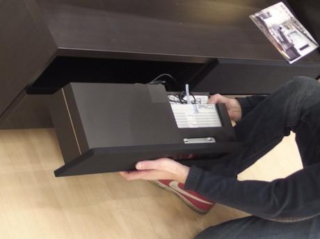 Blu-ray spiller og høyttalere kommer i ferdige moduler som skyves inn i de øverste hyllene.