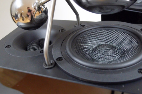 Både mellomtonebassen av kevlar og diskanten sitter på toppen av kabinettet.