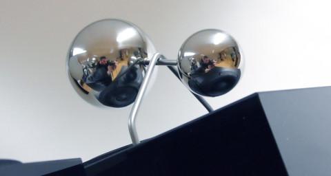 De to spesielle, kuleformede linsene er festet over henholdsvis diskanten og mellomtonebassen, og sørger for en 360 graders spredning av lyden.