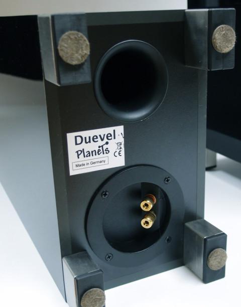 På undersiden sitter terminalene og bassrefleksporten, som bidrar til basstoner helt ned til 40 Hz.