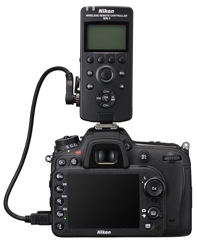 D7100 med Nikons nye fjernkontroll WR-1, som kan brukes på opp til 120 m avstand og styre flere kameraer.