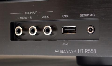 USB-inngangen på fronten av Onkyo HT-R558 er kompatibel med iPod, iPhone og iPad. I front sitter også inngang til målemikrofon, samt analog video og en stereo lydinngang.