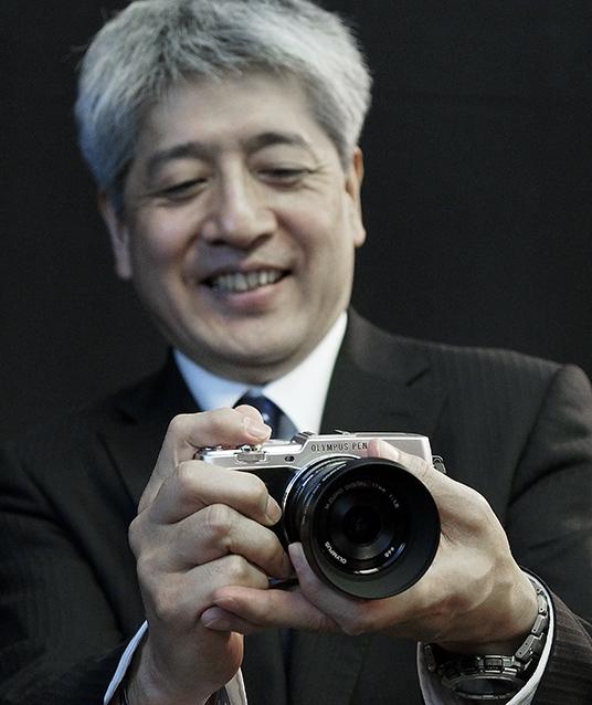 Toshiyuki Terada, Olympus sjef for produkt- og markedsplanlegging, viser P5s kompakte størrelse.