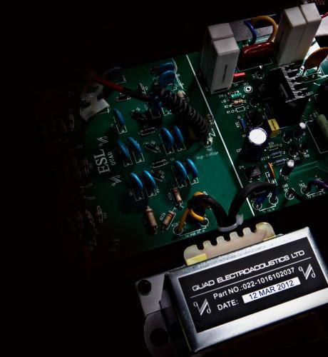 En elektrostathyttaler krever elektronikk for å skape høyspenning, og den moderne Quad-elektronikken ser vesentlig mer tilforlatelig ut enn jeg husker fra de historiske Quad-høyttalerne.