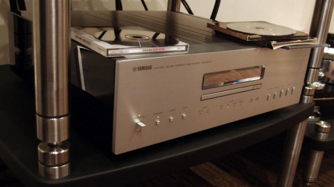 CD-spilleren har et solid, tungt drivverk og er utstyrt med digitalinnganger. Også DSD-kompatibel USB.