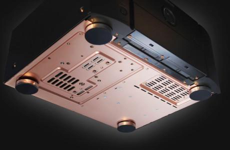 Forsterkersettet fra Marantz har kobberbunn i stedet for stål, for å hindre magnetisme. Alle skruer er også av kobber.