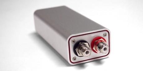 Digitalomvandleren kobles til lydanlegget via solide RCA-kontakter.