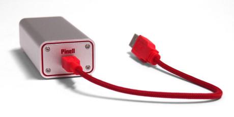 En kort men tillitvekkende USB-kabel følger med i esken.