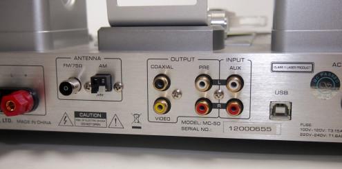 På baksiden sitter koaksial digitalutgang, kompositt videoutgang og AUX-inngang, i tillegg til forforsterkerutgang.