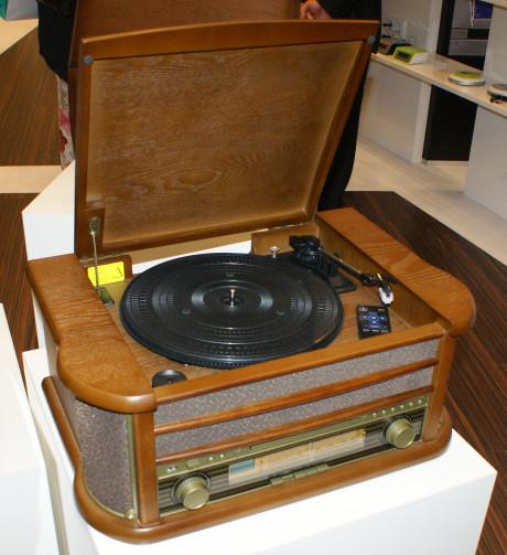 Radiomøbel i 1950-tallsstil. Det er kanskje mest for moro, men prisen er til å leve med. Den kan kjøpes flere steder på nettet til ca. 2.000 kroner.