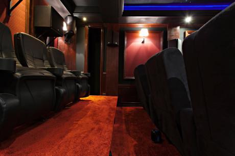 Den bakre raden er klappstoler som man finner på ekte kinoer. Det sorte feltet på bakre del av sideveggen er et lite rom som huser elektronikk og filmer.