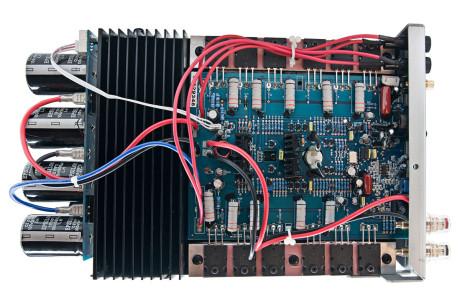 Hver av forsterkerne har sin egen kondensatorbank, noe som hjelper til med å få strømforsyningen til å bli optimal, uavhengig av hvor mange forsterkere som spiller for øyeblikket.
