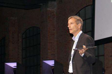 Jan Huckfeldt fra Lenovo presenterer Yoga Tablet ved den offisielle lanseringen i Milano.
