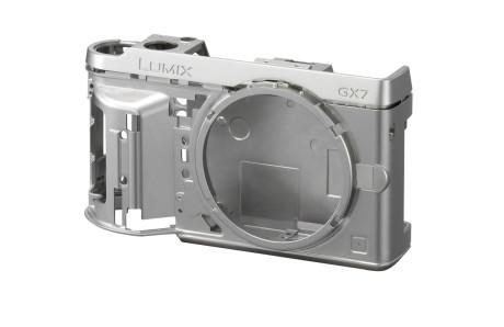 Kamerahuset er bygget rundt en kraftig ramme i lettmetall.