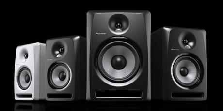 Pioneers aktive studiomonitorer har separat forsterkning til diskant og bass.