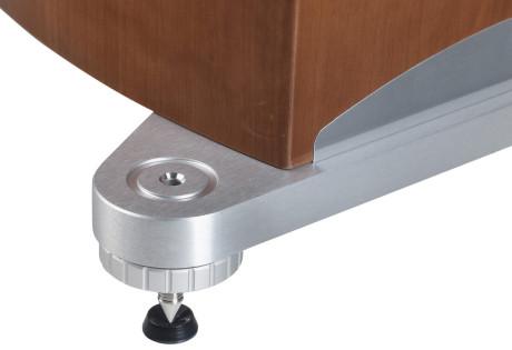 Foten er av aluminium med meget hvasse spikes, som med hell kan plasseres på medfølgende underlag.