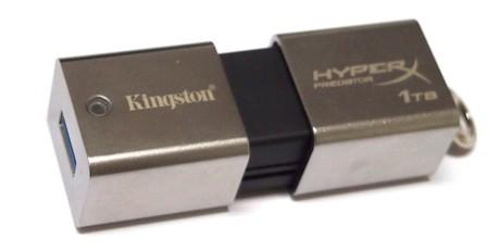 Når Predator ikke er i bruk, kan den ene halvdelen av dekselet dras over USB-pluggen.