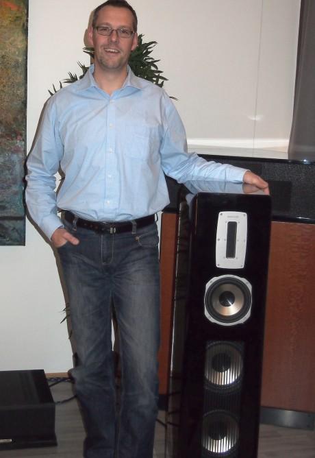 Eksportsjef Volker Schwerdtfeger poserer stolt med den 80.000 kroner dyre Aurum Vulkan VIII. En rask demo demonstrerte imponerende dynamikk og trøkk. Foto: Geir Nordby