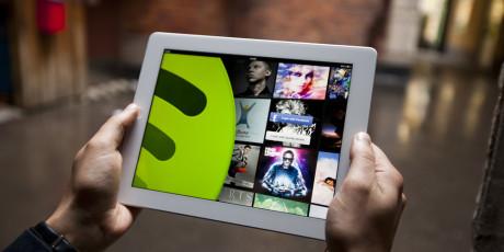 Nettbrett gir bedre oversikt enn mobiltelefon. Foto: Spotify