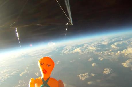 Sex-dukken Missy nådde en høyde på over 30.000 meter, før den turbulente nedstigningen begynte.