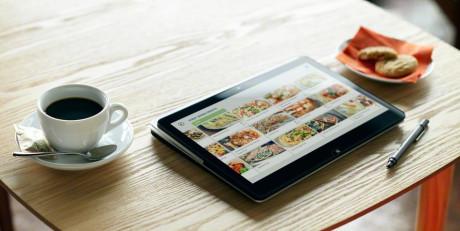 I nettbrettmodus kan du bla i nettnyhetene med fingeren eller den medfølgende pennen, mens du nyter din kaffe.
