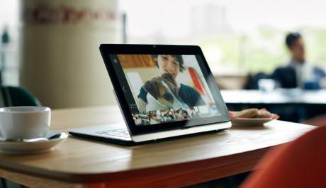 Også når Vaio Fit brukes som fremviser, er det plass til kaffekoppen ved siden av den 11,6 tommer store skjermen.