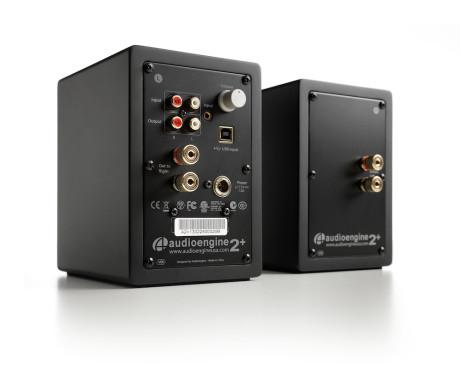 Foruten digital USB-inngang sitter analog RCA inn og ut, samt minijack inn. Alt sitter i venstre høyttaler, da den høyre er passiv. Lydnivå justeres på baksiden.