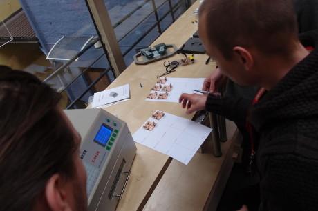 Alle deltakere legger hvert sitt kretskort til baking.