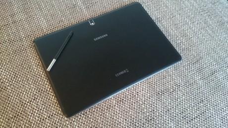 Baksiden på NotePRO 12.2 er ikke fremstilt i billig plast men i stedet i et slags kunstlær, som gir brukeren en langt større kvalitetsopplevelse med produktet enn med tidligere Samsung-nettbrett.