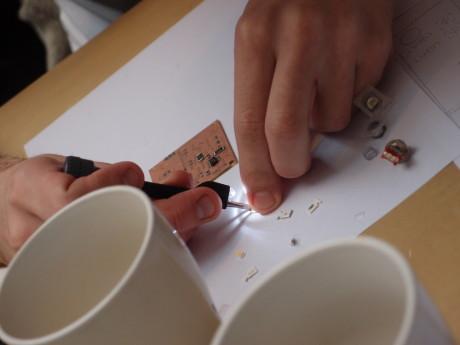 Komponentene plasseres nøysomt med pinsett, etter oppskrift.