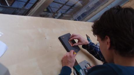 Vi starter med å legge det printkortet med ferdige utlagte kretser i en form. Her skal man kline på loddepasta.