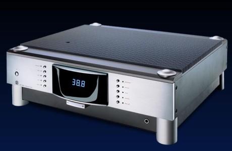 Den integrerte forsterkeren MBL 7008 A yter 2 x 180W i 8Ω og 2 x 300W i 4Ω.