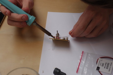 Siste instans er å lodde på dioder, batterikobling og høyttaler for hånd.