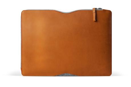 13-Macbook-Folio-Sleeve-Tan-Studio-001