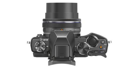 Med den nye elektroniske 14-42mm zoomen, er kameraet blant de minste systemkameraene med innebygget søker.
