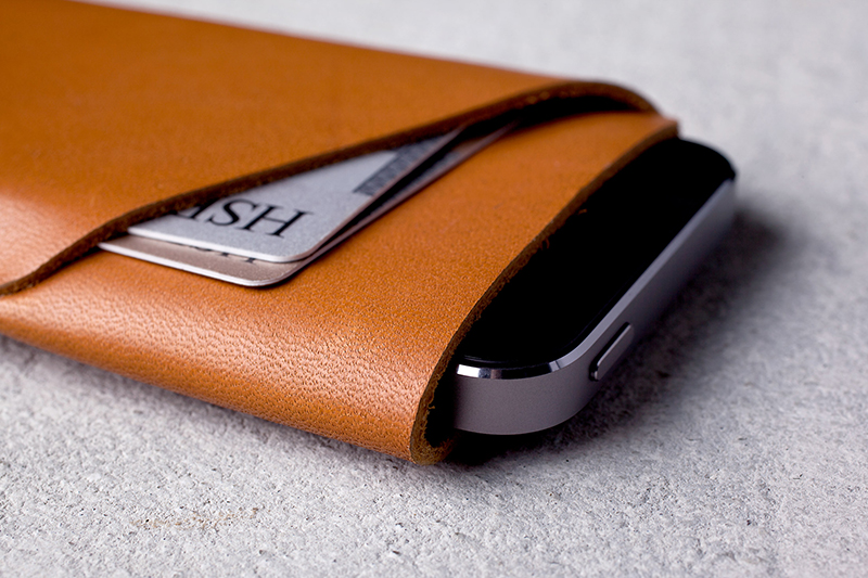 Slim-Fit-iPhone-5s-Wallet-Tan-Lifestyle-004