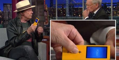 Neil Young promoterer PonoPlayer hos David Letterman.