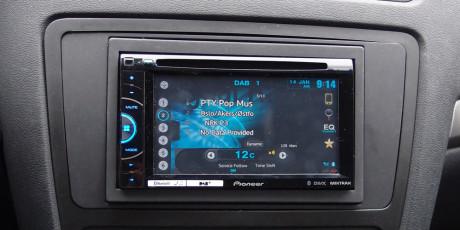 Med ny ramme passer den nye stereoen perfekt i dashbordet!