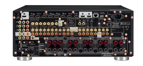 Hele 8 HDMI-innganger har receiveren, og både inn- og utganger til alle kanaler. De to subwooferutgangene gir samme signal ut, og kan dermed ikke regnes som to separate kanaler.