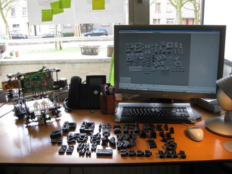 RepRap er en open source 3D-printer, som mange av hobby-3D-printerne er basert på. For å gjøre konstruksjonen så billig som mulig, må man selv 3D-printe plastdelene til printeren!