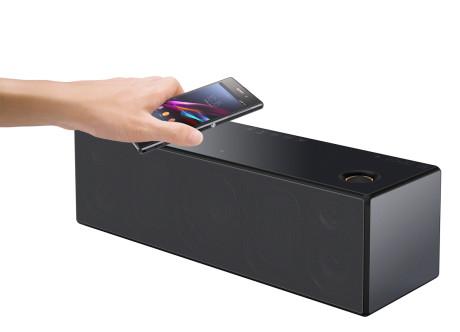 Dersom mobilen din støtter NFC, er det bare å føre den inntil høyttaleren, og de lenkes trådløst sammen med Bluetooth. Spill opp til dans!