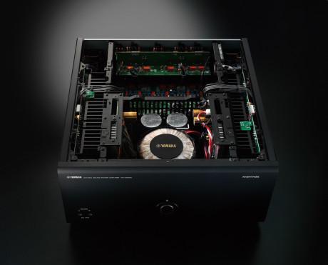 Effektforsterkeren MX-A5000 er symmetrisk oppbygd. Konstruksjonen står på et H-formet chassis for best mulig vibrasjonsdemping.