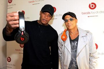 Dr. Dre og Jimmy Iovine med Beats by Dre hodetelefoner.
