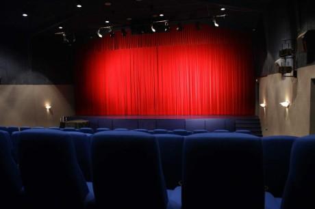 Klovborg Kino består av tre saler. Den største har plass til 160 gjester.