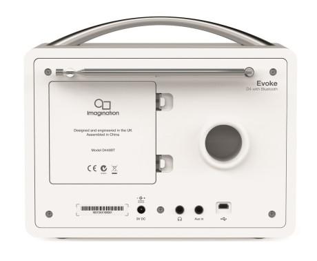 Baksiden av Evoke D4 er enkel: hodetelefonuttak, strømuttak og en analog linjeinngang. Bassrefleksporten gir en utmerket bunn i den lille radioen. Det store dekselet dekker batterirommet, men det oppladbare batteriet må kjøpes separat.