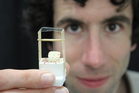 Dr. David Powell, en av forskerne bak konseptet, demonstrerer lysbøying.
