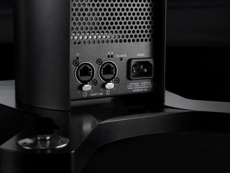 Tilkoblingen mellom høyttalere og søyle skjer med en spesiell kontakt gjemt på bak/undersiden, mens lydoverføringen fra musikkspilleren til høyttalerne (s.k Exakt Link) går gjennom Cat-5 kabler.
