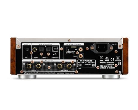 Forsterkeren er godt utstyrt med innganger, og kan dessuten tilkobles stereoanlegget.