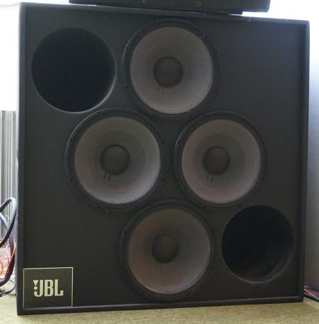 """Fire 15"""" JBL basser sikrer at det kan flyttes tilstrekkelig med luft for å oppnå hva Poul kaller realistisk dynamikk."""